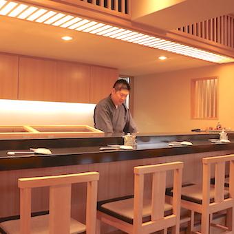 目黒の住宅地にたたずむご主人と女将さんが働くミシュラン獲得のお寿司屋さんの調理のお手伝い