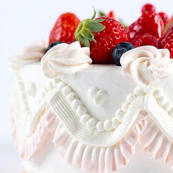 慣れてきたらデコレーションもお願いします!センスと技術で素敵なケーキに仕上げましょう!