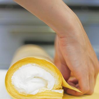 生地を食べる渦巻き型ではなく、クリームを食べるひと巻き型のロールケーキで有名になった「堂島ロール」