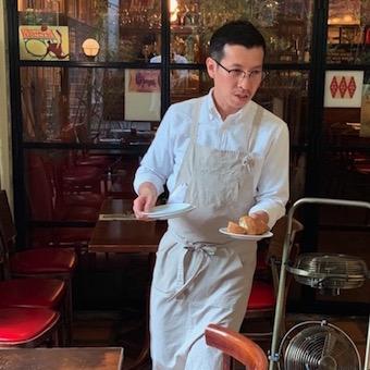 お仕事は料理の配膳など、できることからお願いします。