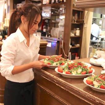 出来上がったお料理はホールスタッフがお客様の元へ運びます。