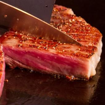 鮮やかな霜降りステーキを、シェフが職人技を使いお客様の目の前で焼き上げます。
