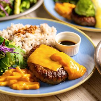 盛り付けもカラフルなエンタメ料理♪様々な肉料理をNYスタイルで提供するミートダイニングのキッチン!