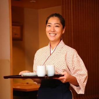 各席専属接客スタッフ。著名人からも愛される千代の富士・前九重親方監修の落ち着いた高級美食日本料理店。