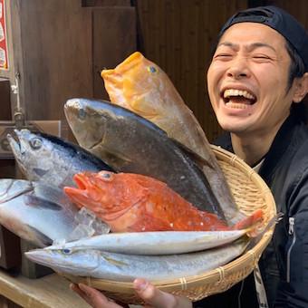 顔よりも大きな魚も扱います。お魚に詳しくなれる!