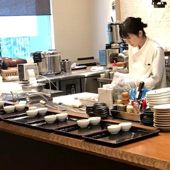 店内はオープンキッチン。カウンターに並んだ料理をお客様の元へ運びます。キッチンスタッフとのコミュニケーションも取りやすい