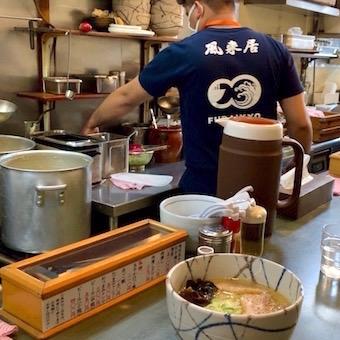 オープンキッチンのカウンターの中でラーメンを作ります。