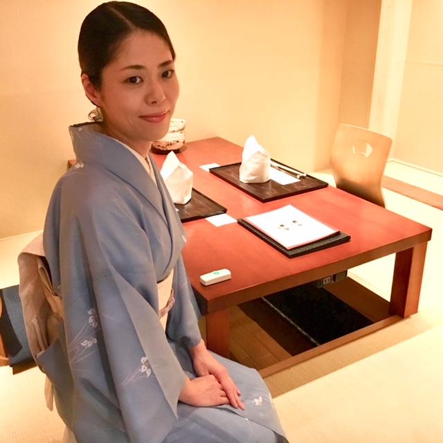 和装でおもてなしをするおもてなしのリーダー女将候補◎銀座高級かに料理専門店