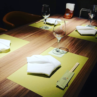 東京グルメゾン内の鉄板焼きレストランで接客◎常連・予約客が中心◆30〜40代・Wワーカーさん活躍中