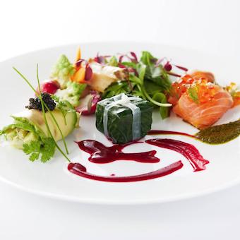 決まったメニューはなく、その日の食材からオリジナルの料理を楽しめるワゴンサービスが特徴です。