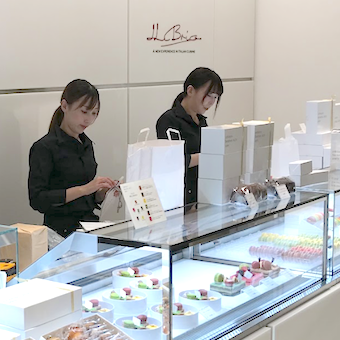 店頭ショーケースにて売られているケーキ等の販売・包装対応もお願いします。