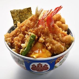 高温で揚げた天ぷら、秘伝のタレ、ご飯の三位一体の絶妙なバランスで人気の天丼。