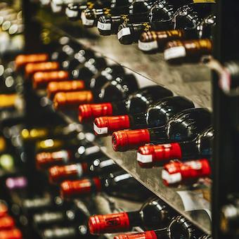 お料理に合わせたワインも選びます。学べることが多い職場です。