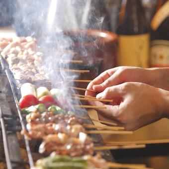 【調理・キッチン】ネタケースで焼く前から魅せる!個性派メニューも美味しい焼き鳥店(休日選択制)
