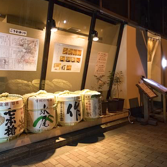 お店の前には酒樽が並びます。