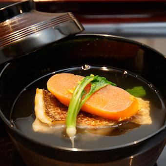 提供するのは季節の食材を使ったこだわりの和食をコース料理で。料理やお酒の知識も身につきます。
