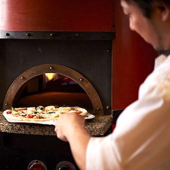 おいしいピザと楽しいイベント盛り抱くさんのファンタスティコなイタリアンバルで接客